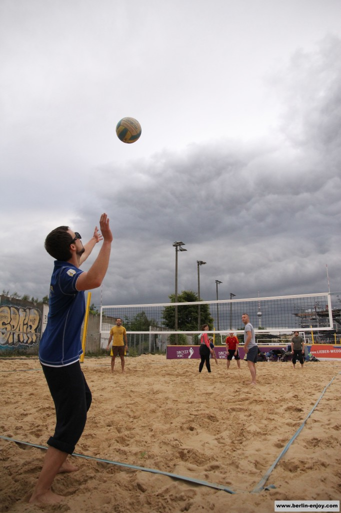 Beachvolleybal Berlin Beachmitte Serve