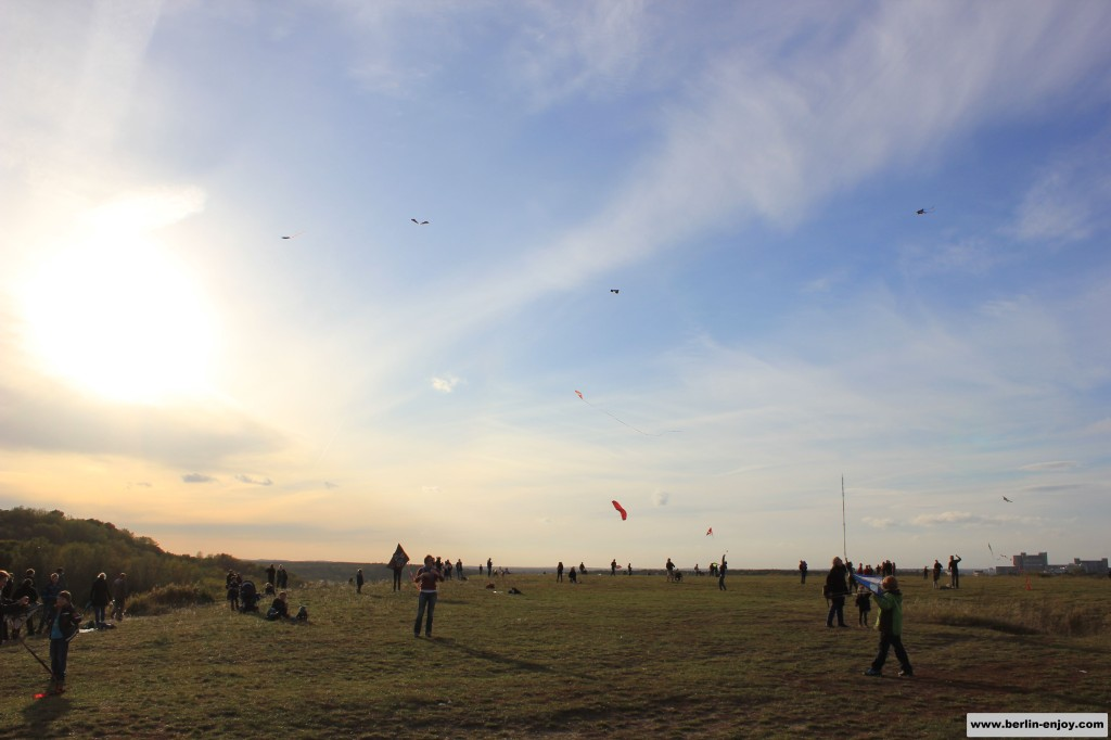The wind is quite strong on top of the Teufelsberg, perfect for kites