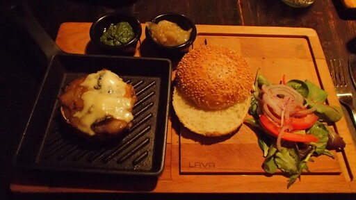 The hamburgers at Muse are served like this
